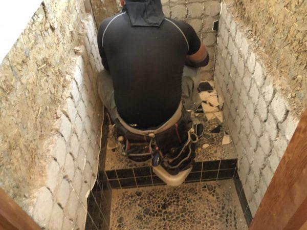 トイレ壁解体中